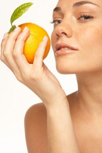 10- Portakal:C vitamini deposu olarak bilinen portakal, potasyum, B vitamini, organik asitler, magnezyum, lif ve şeker açısından da zengin ve kanı temizliyor, karaciğeri çalıştırıyor, kalp hastalıklarına karşı koruyor ve damarları koruyor.